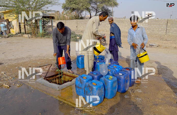 KARACHI: People busy in filling water pots from underground